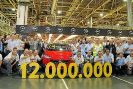 Opel Figueruelas celebra la salida de su vehículo número 12 millones