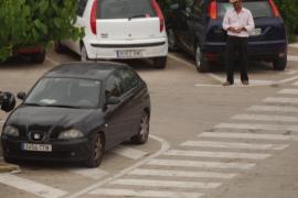 Coches mal aparcados y aparcacoches