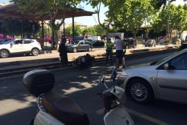 Una motorista acaba sobre las vías del tren tras ser arrollada por un coche en Palma