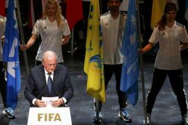 Blatter escenifica su indignación