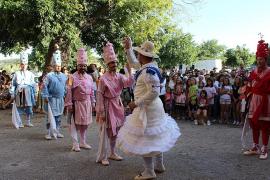 Los Cossiers llenan Los Damunt con sus típicas danzas ancestrales