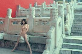 Una modelo causa polémica al fotografiarse desnuda en la Ciudad Prohibida
