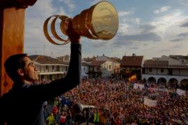 Unos 2.000 aficionados reciben a Alberto Contador en Pinto