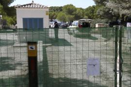 La policía de Campos precinta el párking alegal de ses Covetes