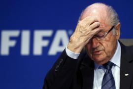 Blatter dimite como presidente de la FIFA cuatro días después de su reelección
