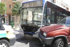 Diez pasajeros, heridos leves al chocar un autobús de la EMT contra un turismo