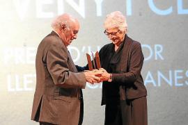 El lingüista Joan Veny recibe el Premi d'Honor de les Lletres Catalanes