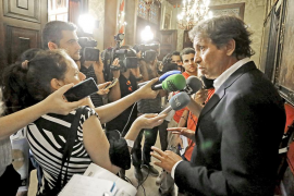 Mateo Isern regresa a su despacho de abogados, pero no descarta su vuelta a la política