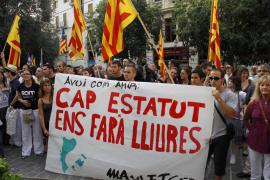 Unas 300 personas se manifiestan en Cort contra la sentencia  del Estatut catalán