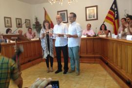 Un emocionado Joan Francesc Canyelles alza la vara de la Alcaldía de Marratxí