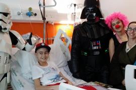 Personajes de 'Star Wars' visitan a niños y donan sangre en Son Espases