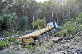 Investigan las causas de la caída de un camión por un terraplén en Andratx