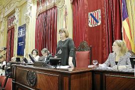 El Parlament decide mantener los mismos asesores ante el aumento de los grupos
