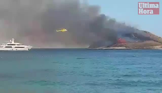 Fuego en el islote de sa Porrassa