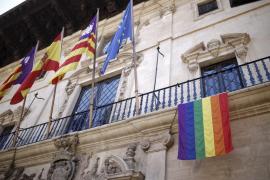 IPFB denuncia ante Delegación de Gobierno la bandera gay de la fachada de Cort