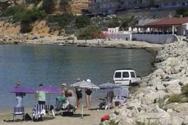 Una furgoneta cae al agua en la playa de El Toro, en Calvià