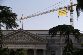 Greenpeace despliega una pancarta contra la 'ley mordaza' junto al Congreso