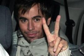 Enrique Iglesias, detenido por conducir con el carné caducado