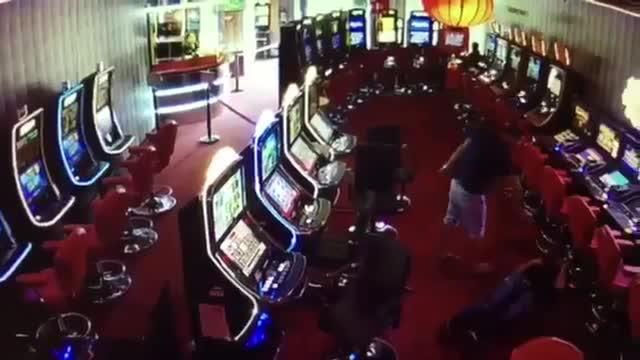 Un cliente de un salón de juego dispara al encargado que resulta herido grave