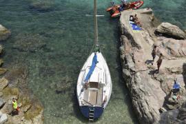 Un velero, a la deriva en Cala Fornells