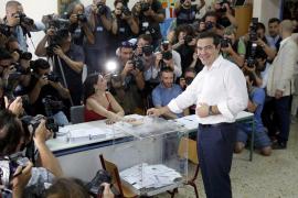 Tsipras, tras votar: «La democracia va a ganar al miedo»