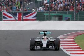 Hamilton reina en Silverstone, donde Alonso logra su primer punto