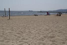 La playa de Ciutat Jardí mantiene la bandera amarilla por el vertido
