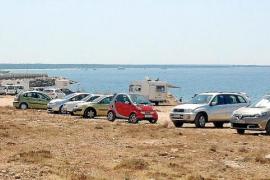 La zona de protección de Costas se convierte en sa Ràpita en un área de parking y acampada
