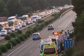 Un coche atraviesa la mediana de la autopista y aterriza sobre otros dos vehículos