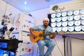 Antonio Orozco da un concierto en directo para embriones en incubadoras