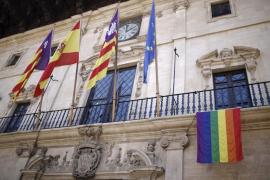 La bandera  gay puede colgarse en Cort si están las oficiales
