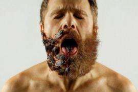 Un publicista brasileño inserta palomitas, soldaditos y hasta cucarachas en la mitad de su cara