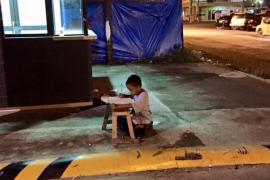Una imagen de un niño estudiando bajo la luz de McDonald's se hace viral