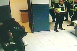 La Audiencia pide investigar a otro policía por las patadas en el cuartel de San Fernando