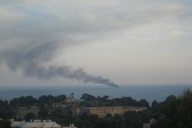 Seis personas son rescatadas en Illetas después de que su barca ardiera