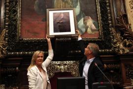 El PP coloca un retrato de Felipe VI en el lugar del busto retirado en el ayuntamiento de Barcelona