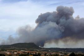 Más de 80 dotaciones trabajan en un incendio incontrolado en Barcelona