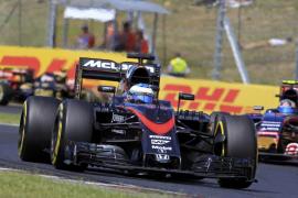 Alonso: «Diez vueltas más y acabamos en el podio»