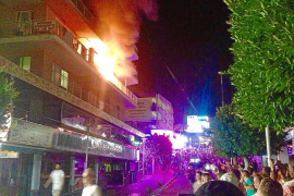 Espectacular incendio de madrugada de un tercer piso en Punta Ballena