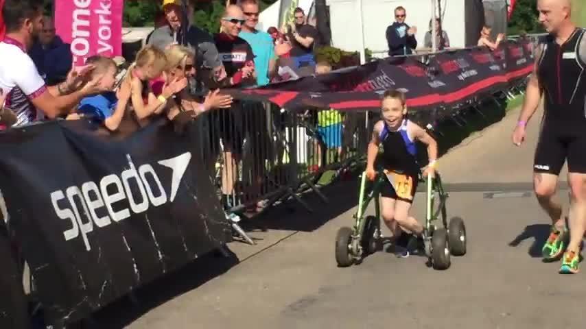 Un niño de 8 años con parálisis cerebral logra finalizar un triatlón
