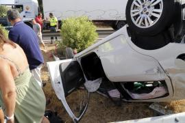 Cortan un carril de la autopista del aeropuerto por un coche volcado