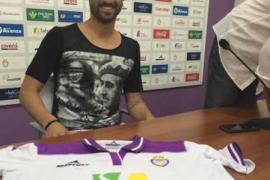Nuno Silva acude a su presentación con una camiseta con la imagen de Franco