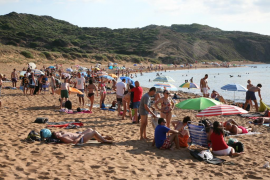 Reabren una playa en Menorca después de que se avisara de presencia de un tiburón, que resultó ser una falsa alarma