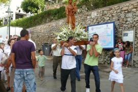 La figura de la Verge del Carme se traslada hasta el muelle de Cala Figuera para la procesión marinera.