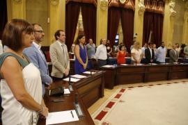 El pleno del Parlament recuerda a la mujer asesinada en Sant Jordi