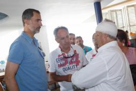 El Rey saluda al regatista Jacinto Rodríguez tras su odisea en el mar