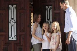 La espontaneidad de Leonor y Sofía ameniza el posado de la Familia Real en Marivent