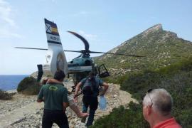 Rescatan en helicóptero a una turista deshidratada en sa Dragonera