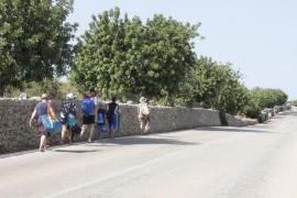 La inseguridad se traslada a la carretera al prohibirse aparcar en el camino de Cala Varques