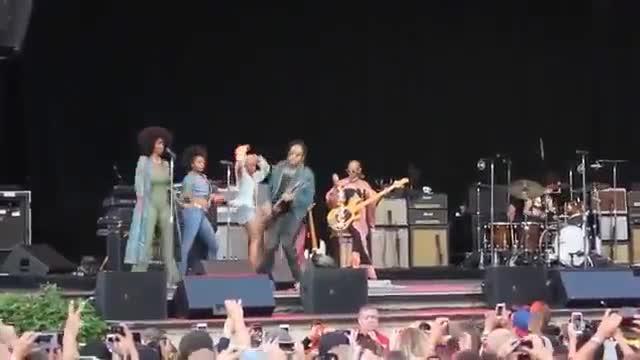Se le rompen los pantalones a Lenny Kravitz durante un concierto y enseña sus partes íntimas